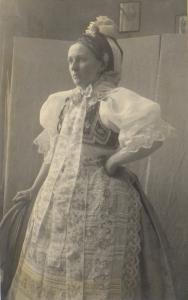 Mladá žena ve slavnostním podlužáckém kroji, 1925