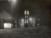 Noční pohled na ulici Jana Palacha (tehdy Leninova třída), zaniklé sloupové hodiny před ZŠ Dukelská, 60. léta