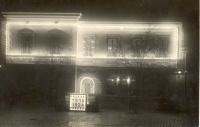 Desáté výročí založení ČSR v Břeclavi, 1928, večerní záběr na břeclavskou radnici a spořitelnu