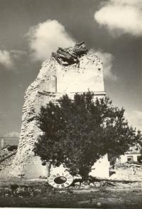 Věž kostela Sv. Václava na náměstí po náletu 1944