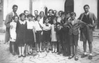 Židovské děti spolku Makkabi před synagogou, 1933