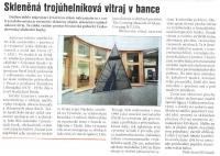 Skleněná trojúhelníková vitraj v bance
